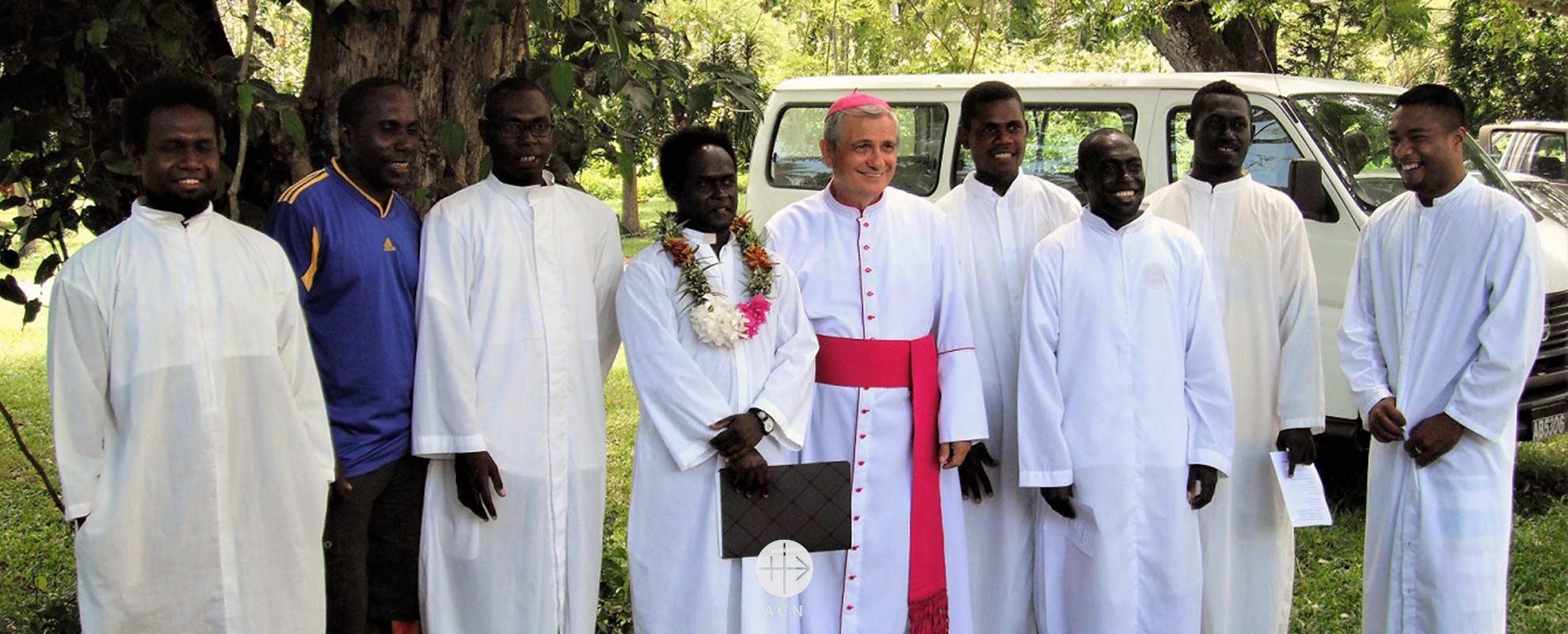 Islas Salomón: Ayuda a la formación de doce futuros sacerdotes