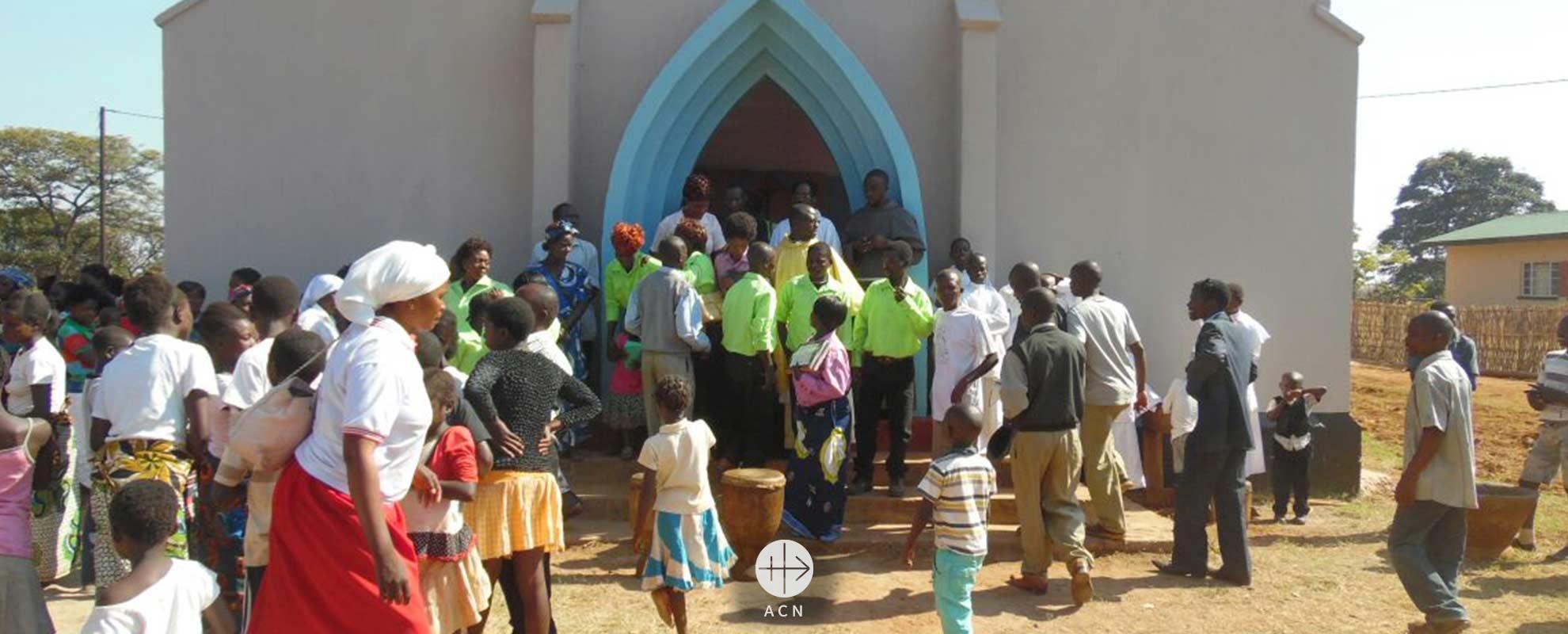 Zambia: un nuevo tejado para la iglesia de la Virgen del Consuelo