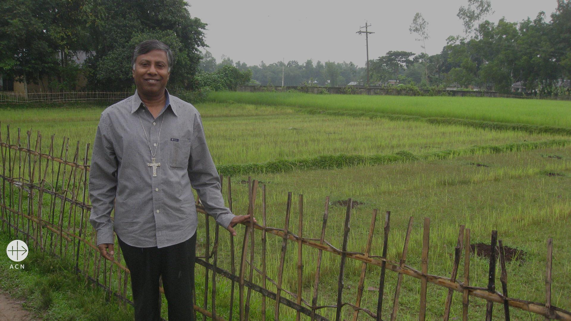 El obispo sin tierra, sin casa y sin coche en Bangladesh
