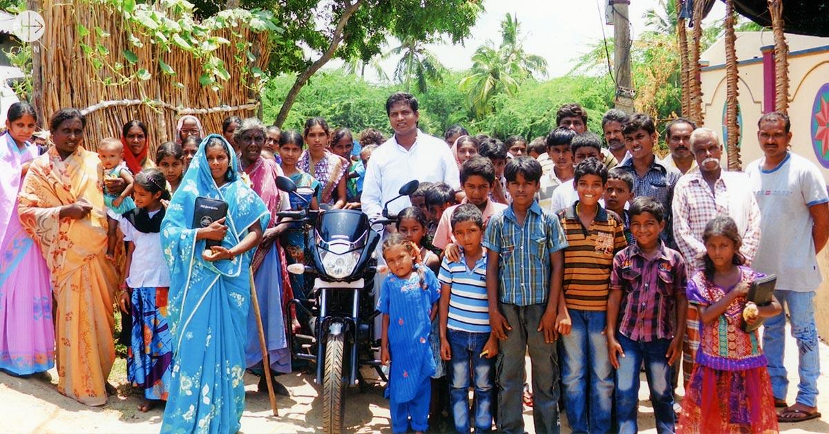 Historia de éxito: Una motocicleta para un sacerdote de una extensa parroquia en India