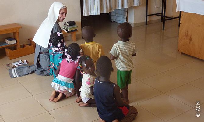"""""""Soeurs de Marie Étoile du Matin"""" en Uagadugú /Burkina Faso). Arrodillados frente al altar para rezar."""