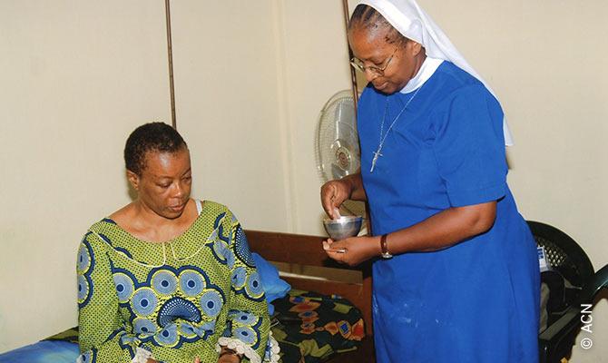 Las hermanas de San José de Cluny reparten la comunión a enfermos de hospitales y clínicas.