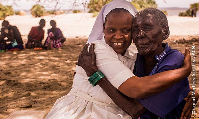 La hermana Agnes manifiesta a una anciana que aprecia el gozo de que exista a pesar de las duras condiciones de la región de Turkana.