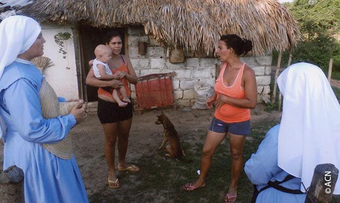 Religiosas de la orden de Misioneras de Jesus Verbo y Victima durante la catequesis en la localidad centrocubana de Guasimal.