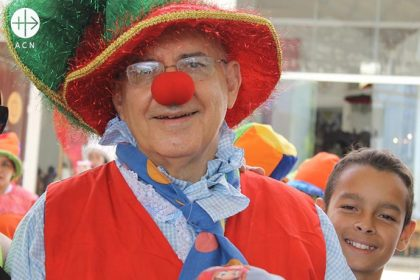 Obispo vestido de payaso comparte alegría del Evangelio con niños venezolanos.