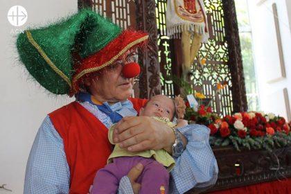 Monseñor Mario Moronta, se vistió de payaso durante celebración del Santo Cristo en La Grita para dar alegría, catequesis y bendiciones a los niños de Venezuela.
