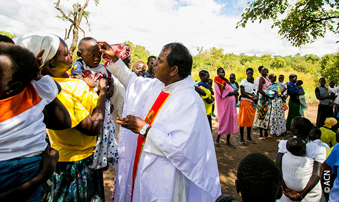 Batismo no campo de refugiados de Palabek.