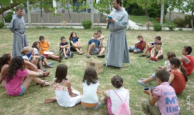 Trabalho pastoral com crianças na igreja paroquial em Jaru.