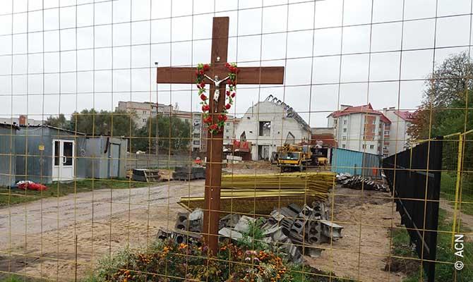 Construcao de uma igreja paroquial na paroquia restaurada do Sagrado Coracao, em Brest.