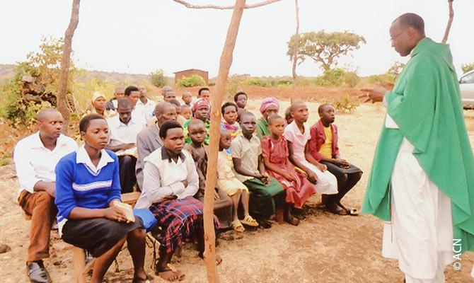 Messe in der ruandischen Provinz: ein gespendetes Fahrzeug ermöglicht die Durchführung der Messe.