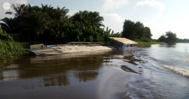 Democratic Republic of the Congo: Repairing a damaged boat in the diocese of Lisala, in the Congo River basin