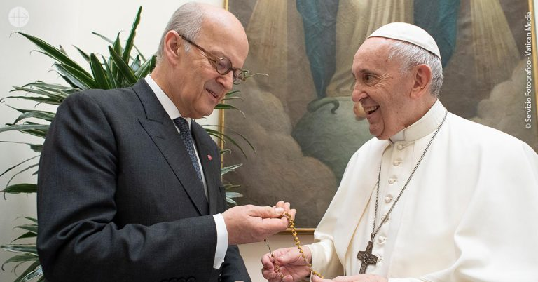 Pope Francis blesses 6,000 rosaries for Syria: as part of a spiritual initiative by ACN to comfort the grieving.