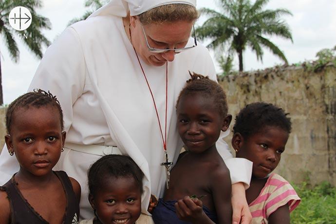 Jardines de infancia, orfanatos, escuelas, instalaciones médicas y parroquias serían inconcebibles sin ellas.