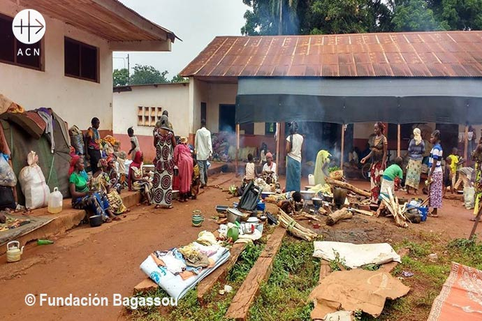 For 10 months the Muslims occupy the Petit Séminaire of Bangassou: small, insecure places. Since then the MONUSCO (Blue helmets) protects the perimeter.