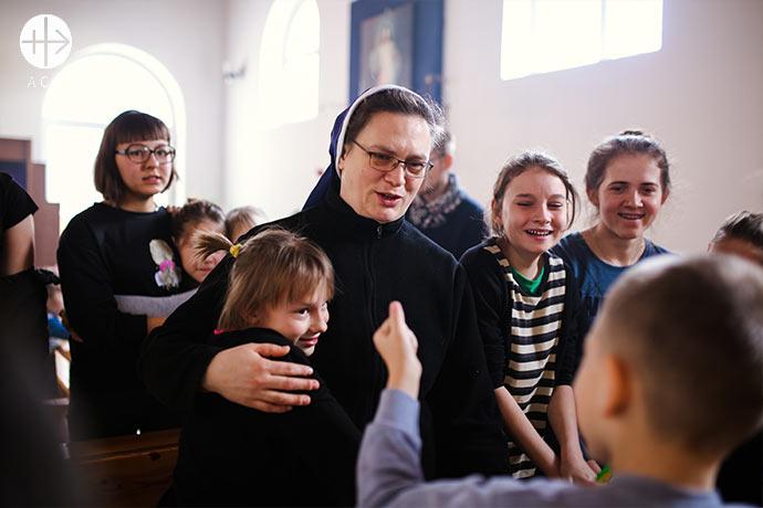 Sister Wiera Zinkowska in church with chlidren.