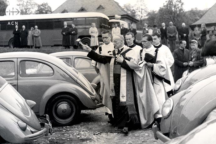 El 22 de abril de 1952 bendijo 70 automóviles y 14 de los llamados «camiones-capilla» en Königstein im Taunus.
