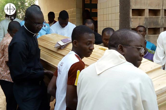 Carrying the coffin with the corps of Fr. Antonio César Fernández into the morgue.