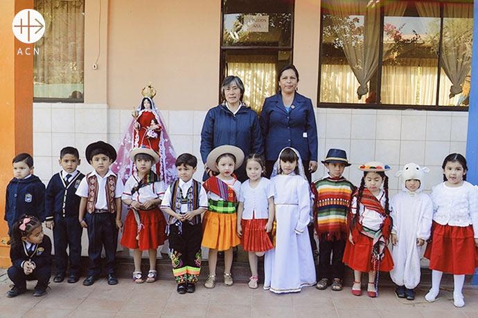 """Sister Griselda with the children of the school """"Nuestra Señora de Urkupiña""""."""