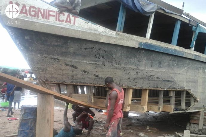 Reparation of a ship for the diocese of Lisala: The diocesan boat HB Magnificat is one of the instruments of the Pastoral.