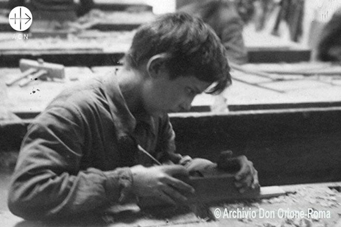 Pensar en el futuro: huérfano desconocido en el taller de formación de San Luis Orione.