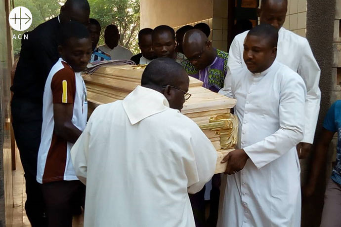 Transfer of the body of Fr. Antonio César Fernández to the morgue. The Spanish Salesian missionary, Fr. Antonio César Fernández was assassinated on Friday 15.02.2019 at 72 years in a jihadi attack close to the border of Burkina Faso. The Salesian group was returning to their community in Ouagadougou, the capital of Burkina Faso, after participating in a congregation meeting in Lomé, neighboring Togo.