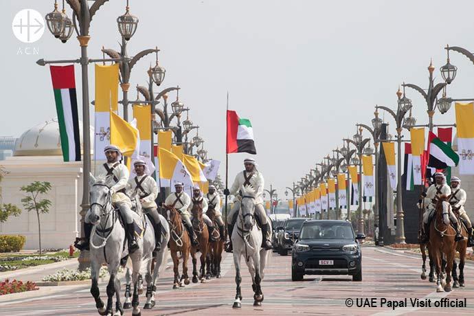 Con una ostentosa ceremonia de bienvenida, esperable en países como Abu Dabi, el pontífice llegó al palacio presidencial a bordo de un sencillo auto Kia de tres puertas y fue recibido con un saludo de artillería y una muestra aérea.
