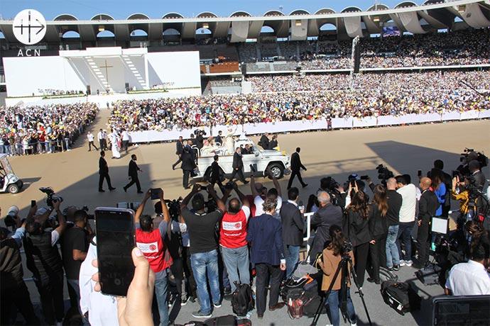 Más de 160.000 cristianos se reunieron en el estadio - situado en la periferia de Abu Dhabi - y alrededor del mismo.