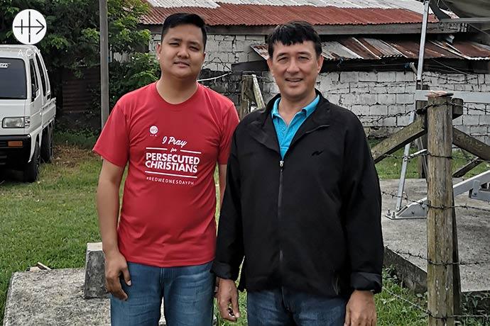 El director nacional de ACN Filipinas, Jonathan Luciano (a la izquierda), con el Administrador Apostólico, el P. Romeo Saniel, OMI.