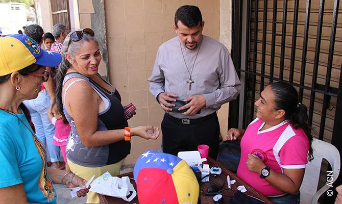 """Venezuela: """"Los sacerdotes estan quitando el muro que tenía alrededor el templo""""."""