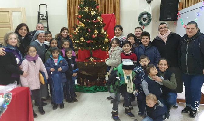 Una religiosa siria, agradecida a ACN por dibujar sonrisas en 19.000 niños esta Navidad.