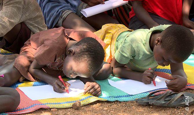 Zeichnende Kinder in der Bidi-Bidi Flüchtlingssiedlung, Uganda.