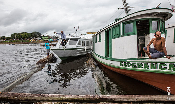 The old wooden boat for the pastoral work, the Esperança, will be replaced by the new motorboat, the Fr. Werenfried, which will reduce the travel time to the small communities on the riverbank by two thirds.