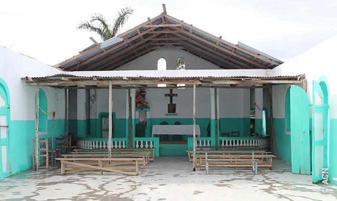 A capela de São Miguel Arcanjo, nas montanhas perto de Jacmel, é um exemplo do estado de muitas igrejas no Haiti.