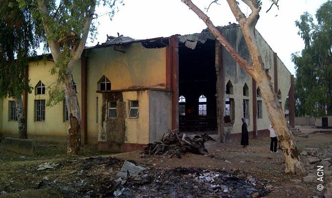 La iglesia católica de Santa Rita y la casa de los catequistas en Kaduna tras un atentado suicida de Boko Haram.