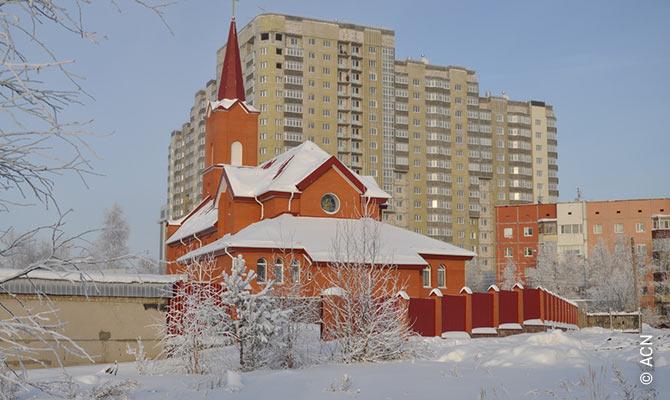 Zur Aufrechterhaltung der Seelsorge von weit entfernten Pfarreien in Surgut und Nojabrsk finanzierte ACN den Kauf eines Fahrzeugs.