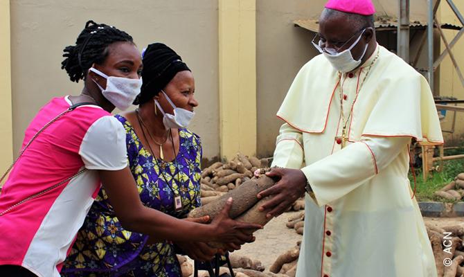 Erzbischof Kaigama verteilt Lebensmittel an bedürftige Nigerianer.