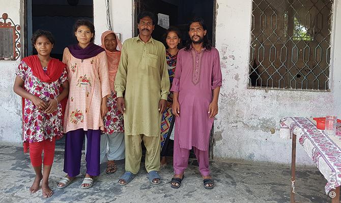 Shafique Masih ha potuto rivedere la propria famiglia in sicurezza, all'interno di una struttura ecclesiastica pro-tetta, dopo un lungo periodo di clandestinità nonostante l'accusa infondata.