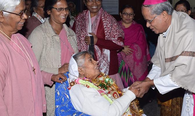 Il vescovo mons. Goveas durante la consacrazione della Chiesa di Maihindiyabadi in India.
