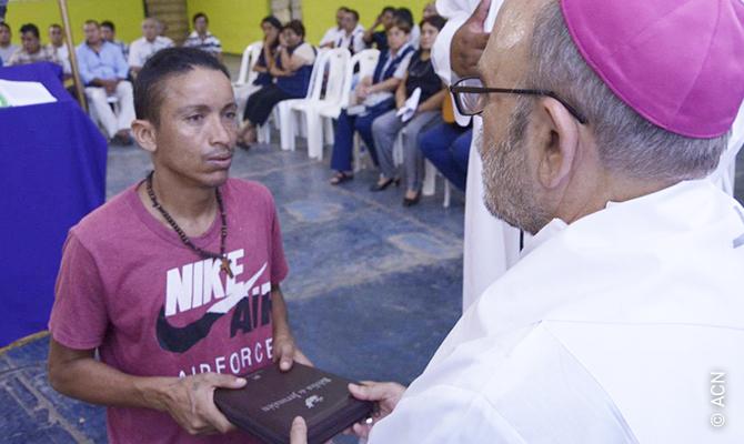 Verteilung von Bibeln an Häftlinge des Gefängnisses der Sarita-Kolonie in Callao.