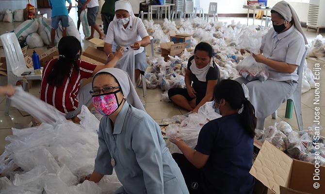 Ordensschwestern der Diözese San Jose in Nueva Ecija packen während des Lockdowns Hilfspakete für Bedürftige.