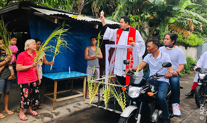 Palmsonntags-Segen während der Corona-Pandemie durch Pater Ronaldo Manabat.