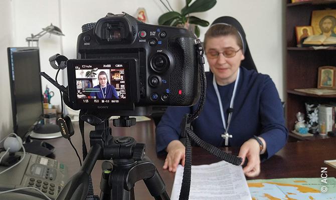 Sœur Oresta Borshovska met en place le programme de formation à distance des catéchistes.