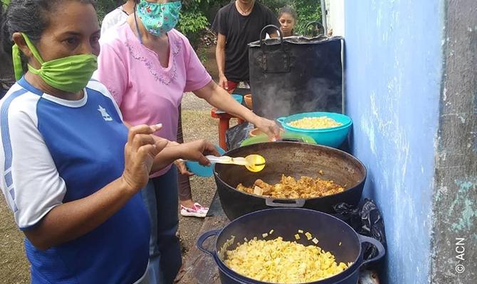 Comida quente para necessitados na Paróquia do Espírito Santo em San Carlos.