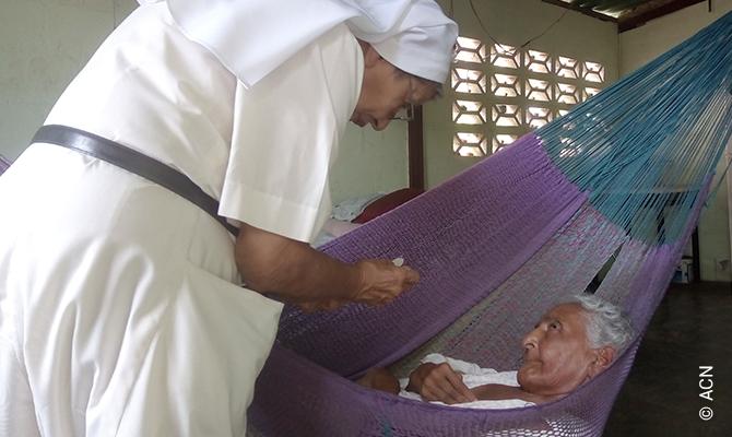 Comunhão para uma idosa doente em San Agustín.