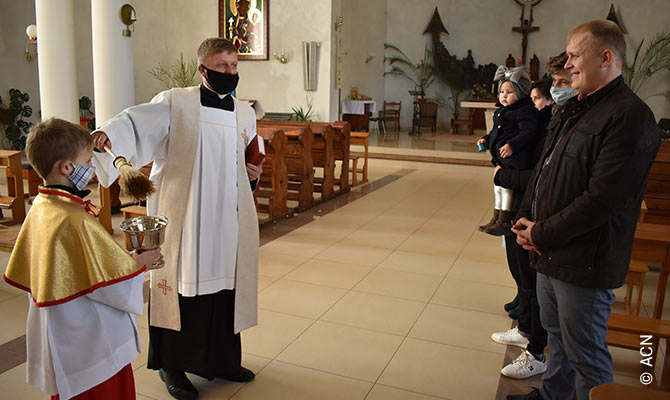 Ukraine: Priests are at the frontline of the fight against the pandemic together with medical staff.