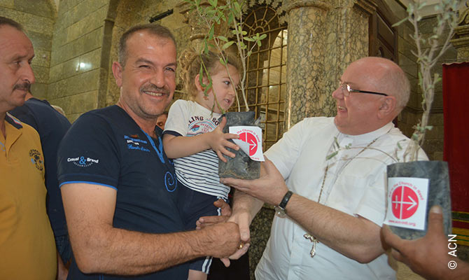 A la derecha el sacerdote Andrzej Halemba, jefe del departamento de Medio Oriente de ACN.