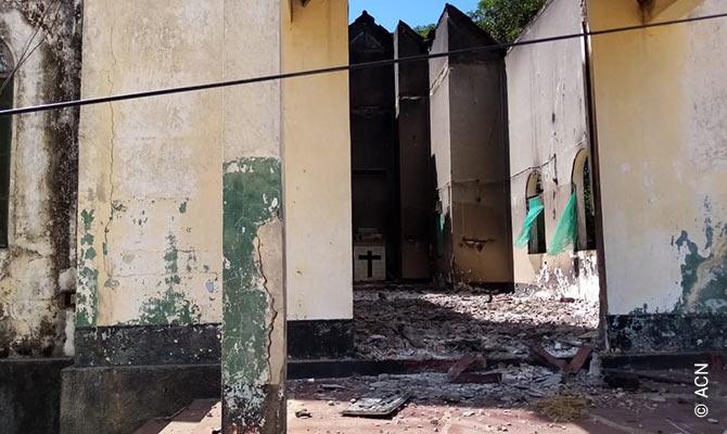 L'Église catholique de Mocímboa da Praia totalement détruite par les terroristes.