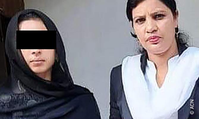 Maira Shahbaz y su abogado, Sumaira Shafique.