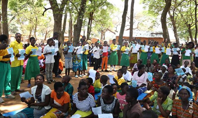 Eine Million Kinder beten den Rosenkranz am 17. Oktober 2020 in der Guillime-Gemeinde von Mchinj in Malawi.