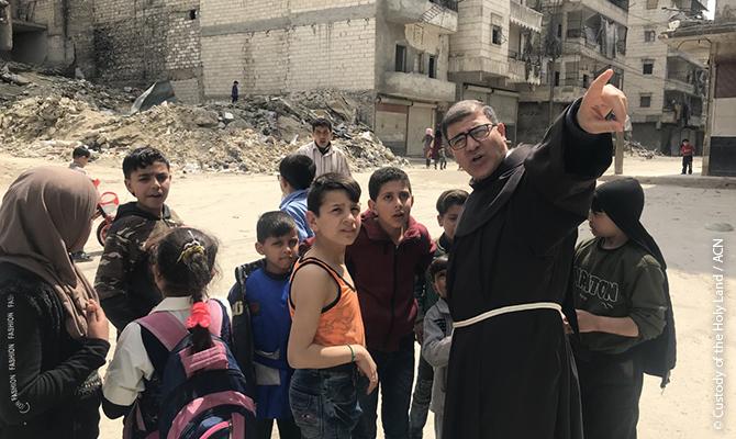 Unter den Bewohnern, die trotz der schrecklichen Zustände in ihrer Heimat geblieben sind, befinden sich zwei Franziskaner